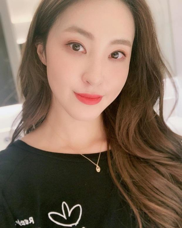 Nữ idol 29 tuổi vẫn miệt mài debut: Từng là backup-dancer của BLACKPINK, đã ra mắt cùng 4 nhóm nhạc nhưng kết cục đều tan rã - Ảnh 2.