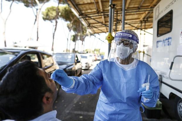 Tây Ban Nha cấm hút thuốc, hộp đêm hoạt động trước nguy cơ làn sóng dịch COVID-19 thứ hai - Ảnh 1.