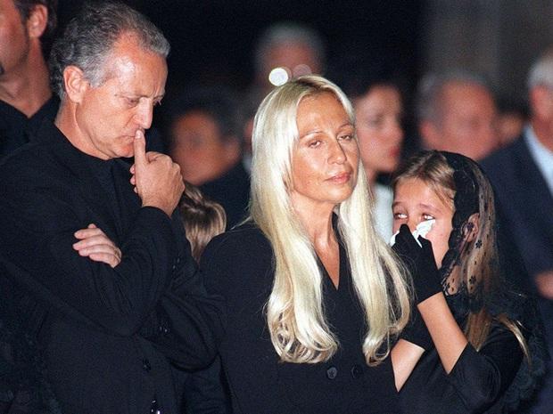 Cuộc đời đầy nước mắt phía sau ánh hào quang của Nữ vương đế chế Versace: Từ búp bê sống của anh trai đến thảm hoạ thẩm mỹ thời đại - Ảnh 6.