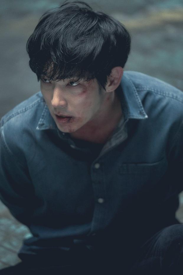 Lee Jun Ki cười muốn sập bệnh viện khi nhìn vợ lóng ngóng bế con ở hậu trường Flower of Evil - Ảnh 7.