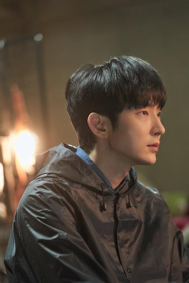 Lee Jun Ki cười muốn sập bệnh viện khi nhìn vợ lóng ngóng bế con ở hậu trường Flower of Evil - Ảnh 6.