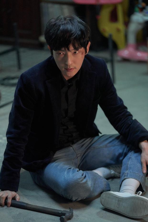 Lee Jun Ki cười muốn sập bệnh viện khi nhìn vợ lóng ngóng bế con ở hậu trường Flower of Evil - Ảnh 9.