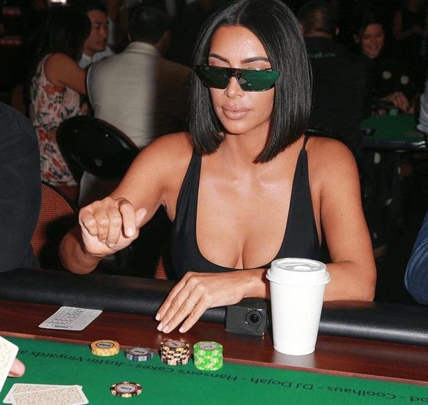 Bức ảnh khó đỡ viral khắp MXH: Kim siêu vòng 3 đeo kính tráng gương chơi poker, đối thủ cũng không nhịn nổi cười - Ảnh 3.