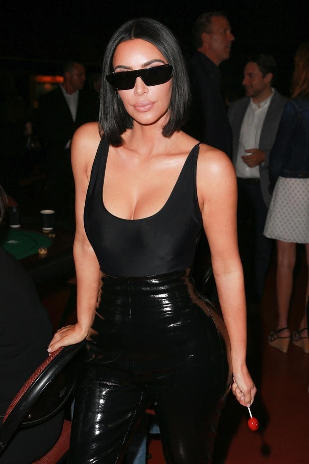 Bức ảnh khó đỡ viral khắp MXH: Kim siêu vòng 3 đeo kính tráng gương chơi poker, đối thủ cũng không nhịn nổi cười - Ảnh 4.