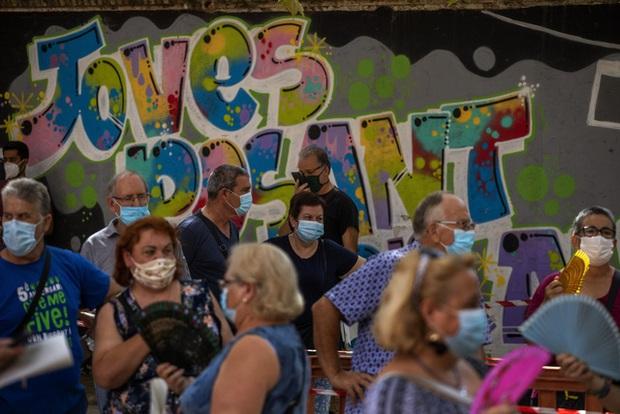 Tây Ban Nha cấm hút thuốc, hộp đêm hoạt động trước nguy cơ làn sóng dịch COVID-19 thứ hai - Ảnh 2.