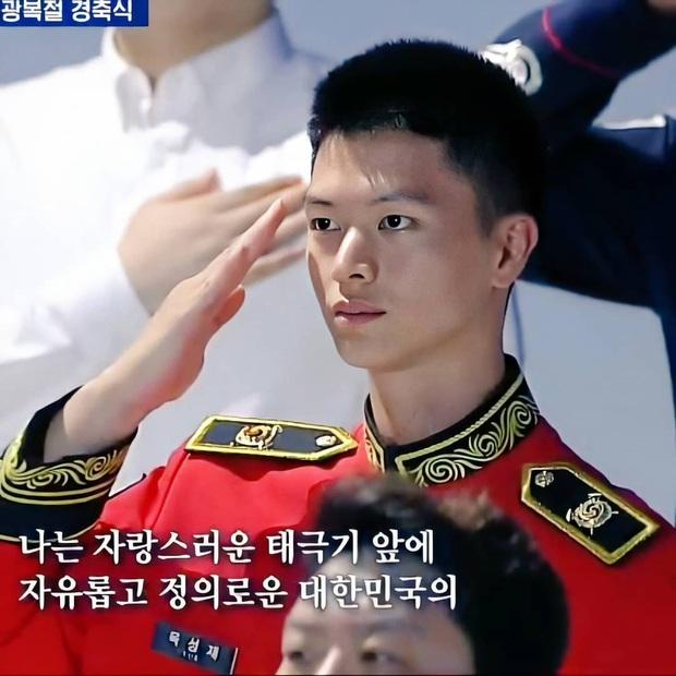 Xuất hiện nam thần quân đội gây bão tại sự kiện Quốc khánh vì gương mặt đẹp như tạc, ngờ đâu là idol Kpop đình đám - Ảnh 6.