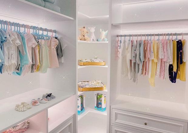 Vừa chào đời, con gái Cường Đô La đã được sắm tủ quần áo như cửa hiệu trong biệt thự sang chảnh - Ảnh 2.