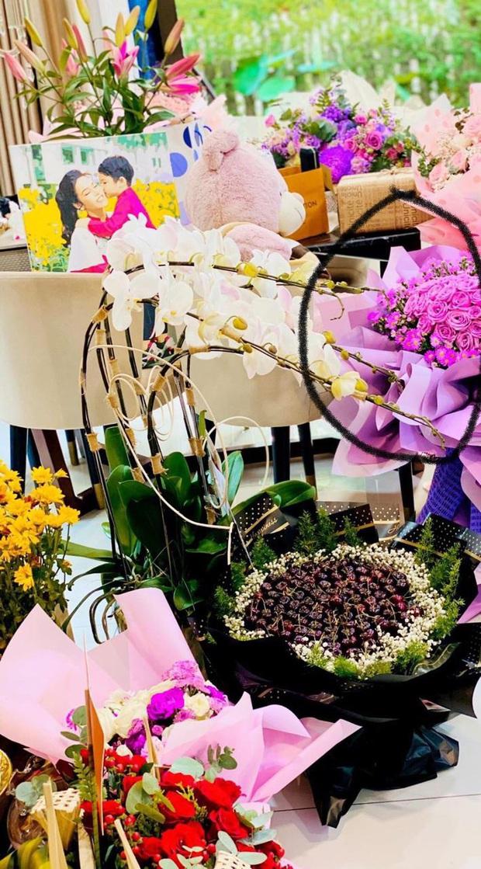 Phát hiện đóa hoa Yêu em của TiTi trong đống quà sinh nhật Nhật Kim Anh: Chuyện tình Hi chị, anh yêu em là đây? - Ảnh 3.