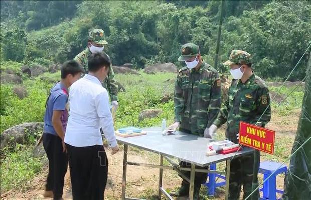 Một gia đình 6 người nhập cảnh trái phép qua đường mòn về Việt Nam - Ảnh 1.