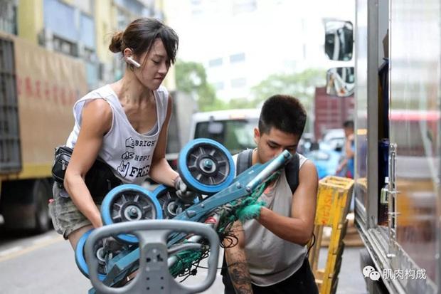 Hot girl cửu vạn đẹp nhất Hồng Kông chinh phục thành công thiếu gia giàu có trên show hẹn hò, kết thúc chương trình lại tiếp tục đi khuân vác - Ảnh 1.