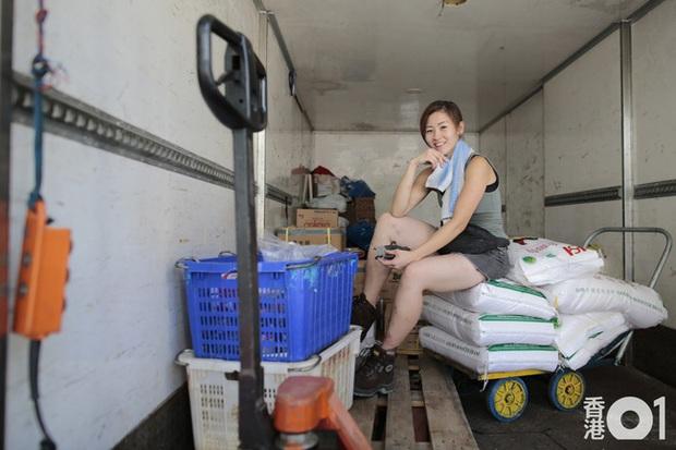 Hot girl cửu vạn đẹp nhất Hồng Kông chinh phục thành công thiếu gia giàu có trên show hẹn hò, kết thúc chương trình lại tiếp tục đi khuân vác - Ảnh 2.