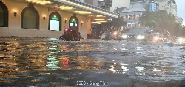 Mưa lớn trút xuống hàng giờ khiến nhiều tuyến phố Hà Nội thành sông, ô tô và xe máy bơi trong nước - Ảnh 11.