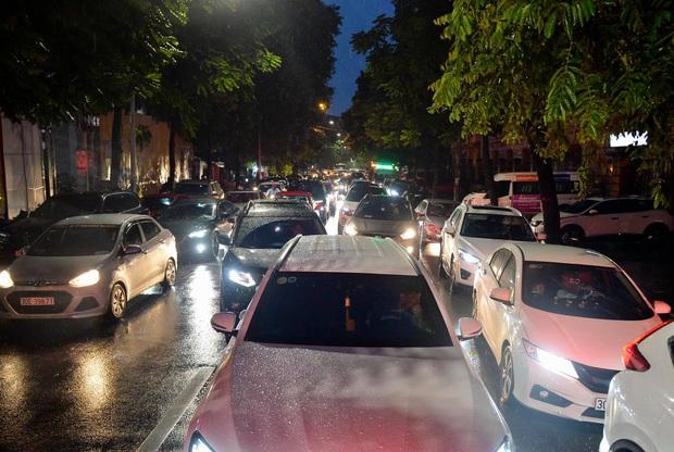 Nhiều tuyến phố Hà Nội ùn tắc sau trận mưa lớn, dân công sở chôn chân hàng giờ chưa thể về nhà - Ảnh 3.