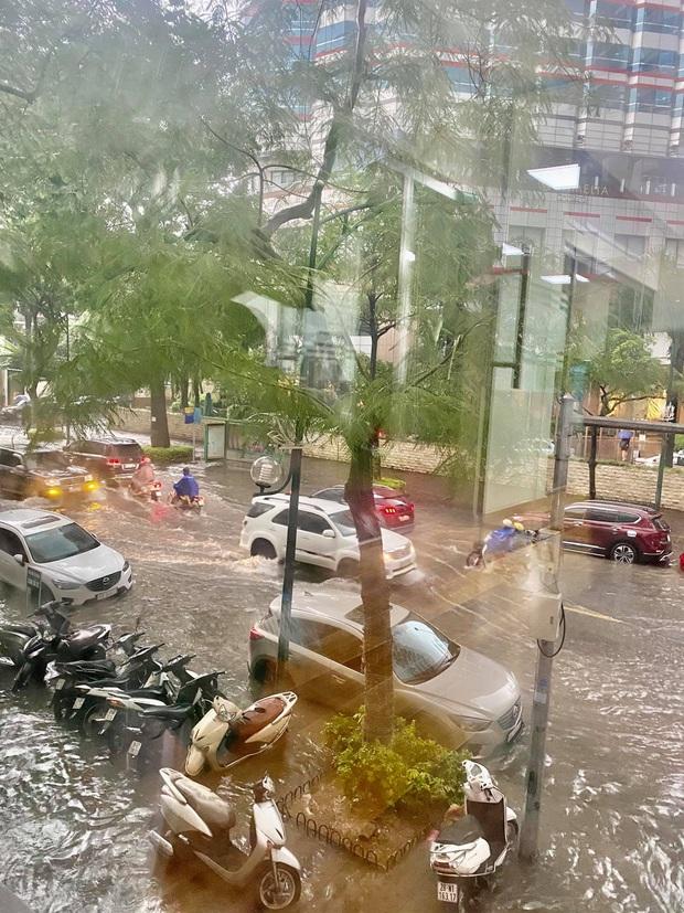 Mưa lớn trút xuống hàng giờ khiến nhiều tuyến phố Hà Nội thành sông, ô tô và xe máy bơi trong nước - Ảnh 14.
