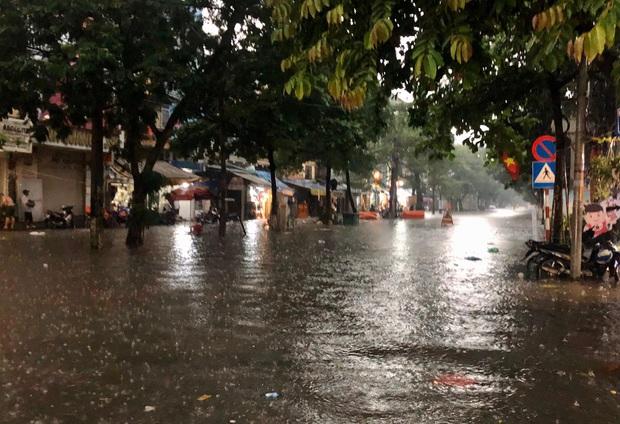 Mưa lớn trút xuống hàng giờ khiến nhiều tuyến phố Hà Nội thành sông, ô tô và xe máy bơi trong nước - Ảnh 10.