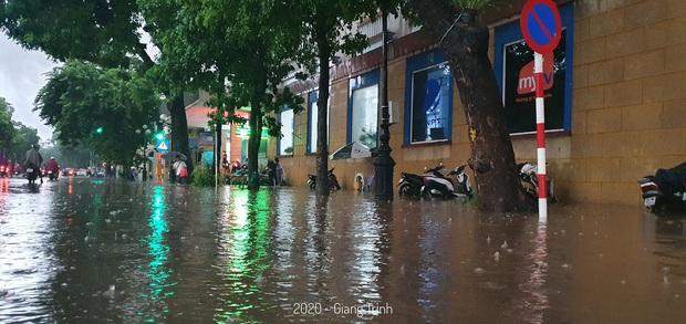 Mưa lớn trút xuống hàng giờ khiến nhiều tuyến phố Hà Nội thành sông, ô tô và xe máy bơi trong nước - Ảnh 12.