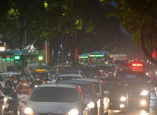 Nhiều tuyến phố Hà Nội ùn tắc sau trận mưa lớn, dân công sở chôn chân hàng giờ chưa thể về nhà - Ảnh 2.