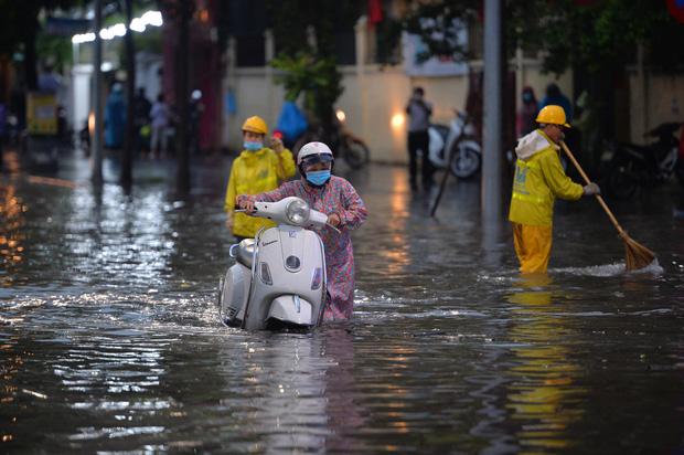 Mưa lớn trút xuống hàng giờ khiến nhiều tuyến phố Hà Nội thành sông, ô tô và xe máy bơi trong nước - Ảnh 15.