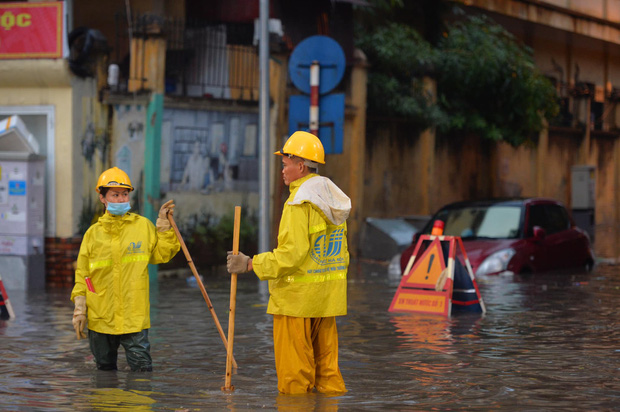 Mưa lớn trút xuống hàng giờ khiến nhiều tuyến phố Hà Nội thành sông, ô tô và xe máy bơi trong nước - Ảnh 17.