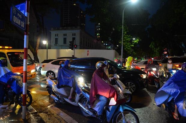 Nhiều tuyến phố Hà Nội ùn tắc sau trận mưa lớn, dân công sở chôn chân hàng giờ chưa thể về nhà - Ảnh 5.