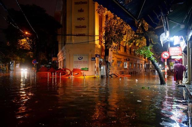 Mưa lớn trút xuống hàng giờ khiến nhiều tuyến phố Hà Nội thành sông, ô tô và xe máy bơi trong nước - Ảnh 19.