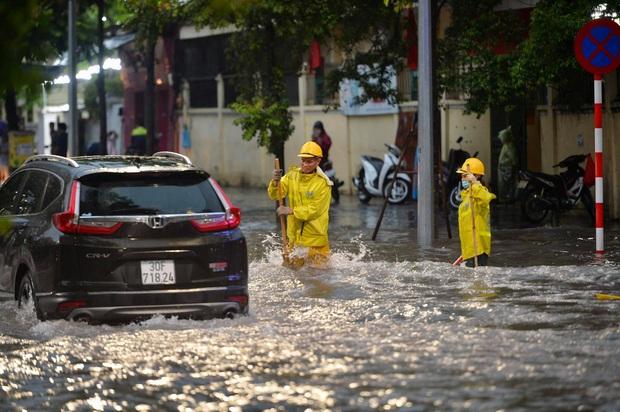 Mưa lớn trút xuống hàng giờ khiến nhiều tuyến phố Hà Nội thành sông, ô tô và xe máy bơi trong nước - Ảnh 18.