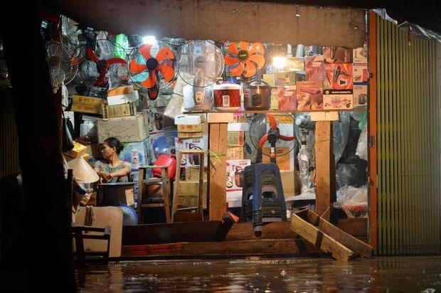 Mưa lớn trút xuống hàng giờ khiến nhiều tuyến phố Hà Nội thành sông, ô tô và xe máy bơi trong nước - Ảnh 23.
