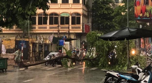 Mưa lớn trút xuống hàng giờ khiến nhiều tuyến phố Hà Nội thành sông, ô tô và xe máy bơi trong nước - Ảnh 13.