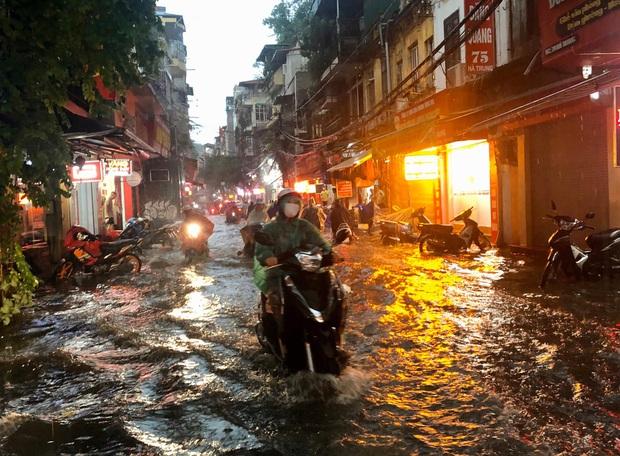 Mưa lớn trút xuống hàng giờ khiến nhiều tuyến phố Hà Nội thành sông, ô tô và xe máy bơi trong nước - Ảnh 9.