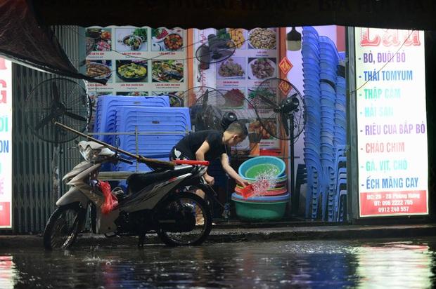 Mưa lớn trút xuống hàng giờ khiến nhiều tuyến phố Hà Nội thành sông, ô tô và xe máy bơi trong nước - Ảnh 22.