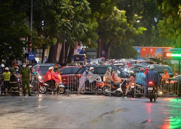 Nhiều tuyến phố Hà Nội ùn tắc sau trận mưa lớn, dân công sở chôn chân hàng giờ chưa thể về nhà - Ảnh 1.