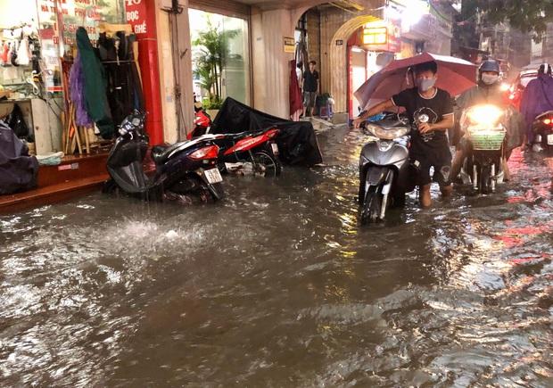 Mưa lớn trút xuống hàng giờ khiến nhiều tuyến phố Hà Nội thành sông, ô tô và xe máy bơi trong nước - Ảnh 7.