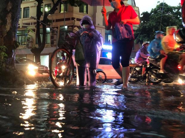 Mưa lớn trút xuống hàng giờ khiến nhiều tuyến phố Hà Nội thành sông, ô tô và xe máy bơi trong nước - Ảnh 6.