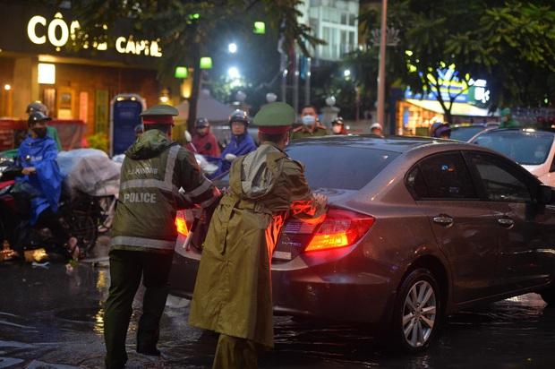 Nhiều tuyến phố Hà Nội ùn tắc sau trận mưa lớn, dân công sở chôn chân hàng giờ chưa thể về nhà - Ảnh 6.