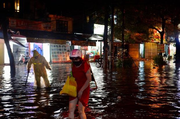 Mưa lớn trút xuống hàng giờ khiến nhiều tuyến phố Hà Nội thành sông, ô tô và xe máy bơi trong nước - Ảnh 21.