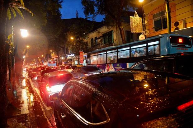 Nhiều tuyến phố Hà Nội ùn tắc sau trận mưa lớn, dân công sở chôn chân hàng giờ chưa thể về nhà - Ảnh 4.