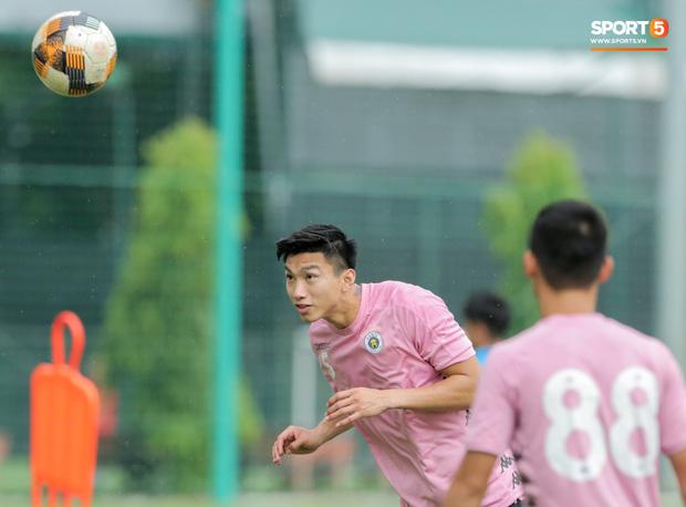 Văn Hậu huỷ đi chơi cùng bố mẹ, xin tập cùng Hà Nội FC ngay từ chiều 17/8 - Ảnh 1.
