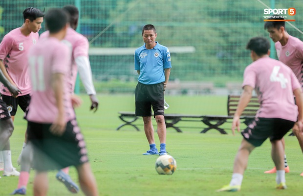 Văn Hậu huỷ đi chơi cùng bố mẹ, xin tập cùng Hà Nội FC ngay từ chiều 17/8 - Ảnh 2.