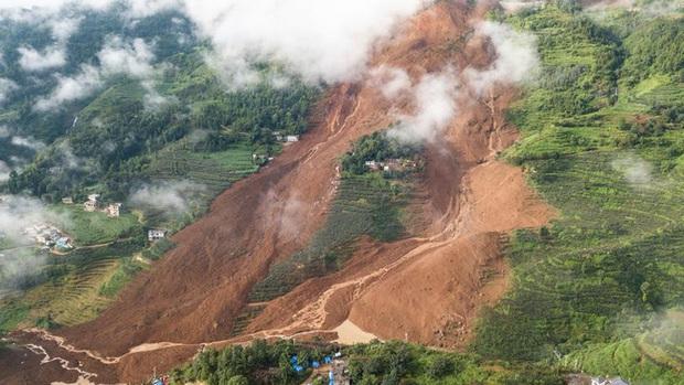 Sạt lở đất nghiêm trọng do mưa lớn kéo dài ở Trung Quốc - Ảnh 1.