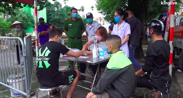 Hà Nội: Nhiều người dân bị phạt 200.000 đồng vì quên đeo khẩu trang khi ra đường - Ảnh 2.