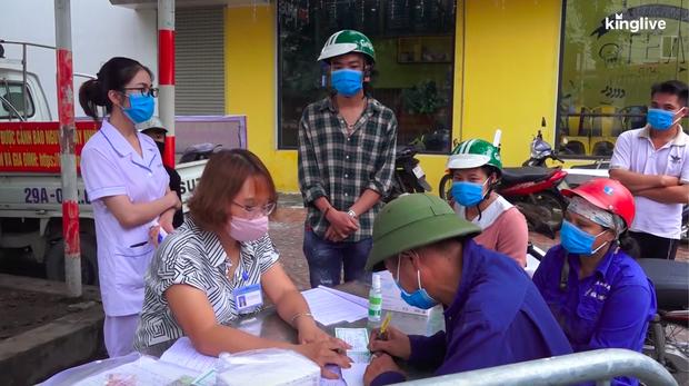 Hà Nội: Nhiều người dân bị phạt 200.000 đồng vì quên đeo khẩu trang khi ra đường - Ảnh 4.
