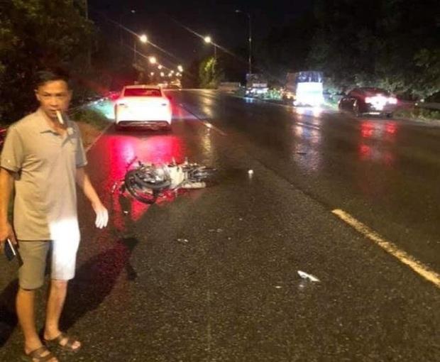 Cô gái trẻ chạy xe máy ngược chiều trên đại lộ Thăng Long, tông vào ô tô tử vong tại chỗ - Ảnh 1.