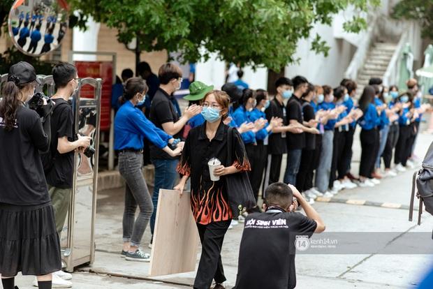Hơn một nghìn thí sinh lỉnh kỉnh bảng vẽ, màu nước đi thi vào Đại học Kiến trúc - Ảnh 7.