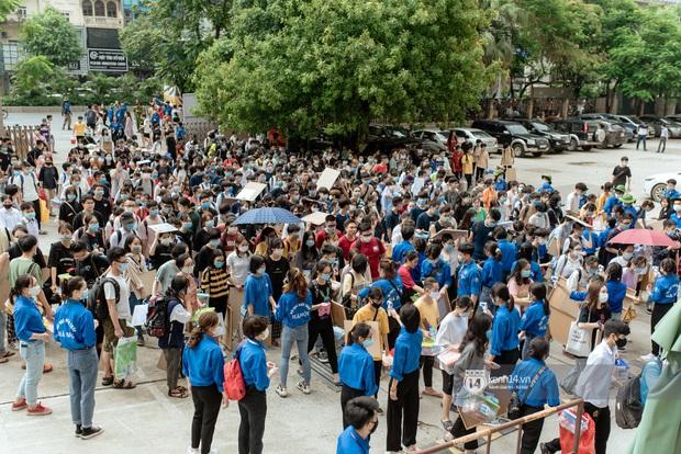 Hơn một nghìn thí sinh lỉnh kỉnh bảng vẽ, màu nước đi thi vào Đại học Kiến trúc - Ảnh 1.
