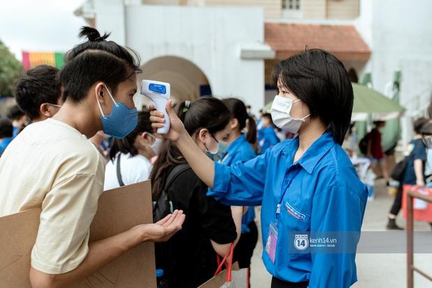 Hơn một nghìn thí sinh lỉnh kỉnh bảng vẽ, màu nước đi thi vào Đại học Kiến trúc - Ảnh 4.