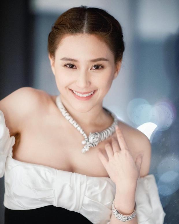 Ái nữ đẹp nhất nhà Vua sòng bài Macau: Mặt nét nào ra nét ấy, makeup đỉnh miễn chê, body cũng xuất sắc tới độ cân mọi style - Ảnh 1.