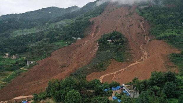 Sạt lở đất nghiêm trọng do mưa lớn kéo dài ở Trung Quốc - Ảnh 2.