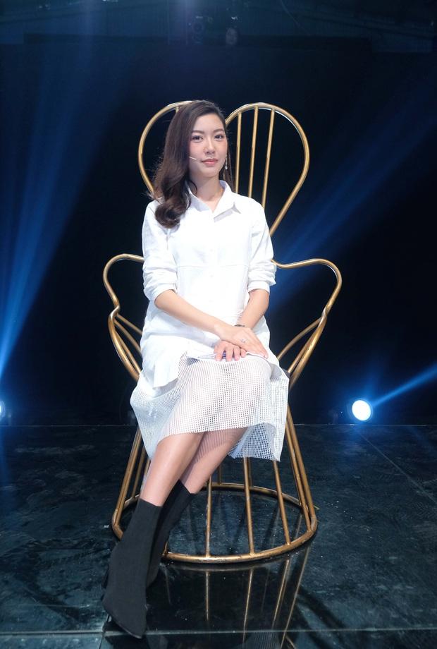 Bà bầu Thúy Vân được chồng chăm từng miếng ăn trong hậu trường show - Ảnh 1.