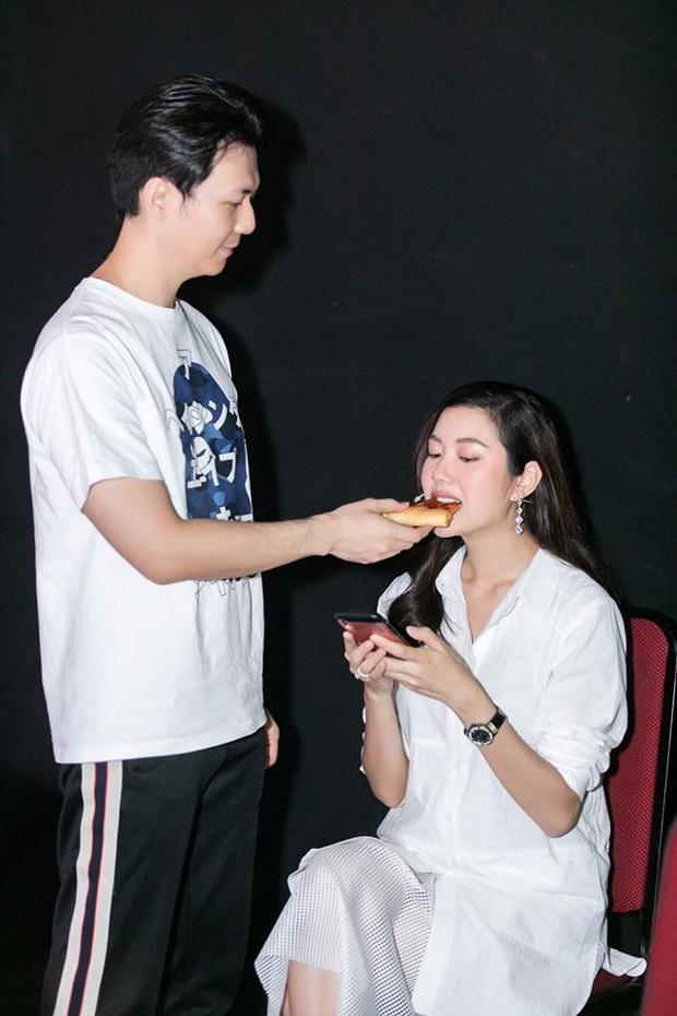 Bà bầu Thúy Vân được chồng chăm từng miếng ăn trong hậu trường show - Ảnh 4.