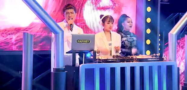 Rời công ty Đông Nhi, Anh Tú The Voice gây sốt khi trở thành ca sĩ bí ẩn hỗ trợ dàn thí sinh Rap Việt - Ảnh 14.